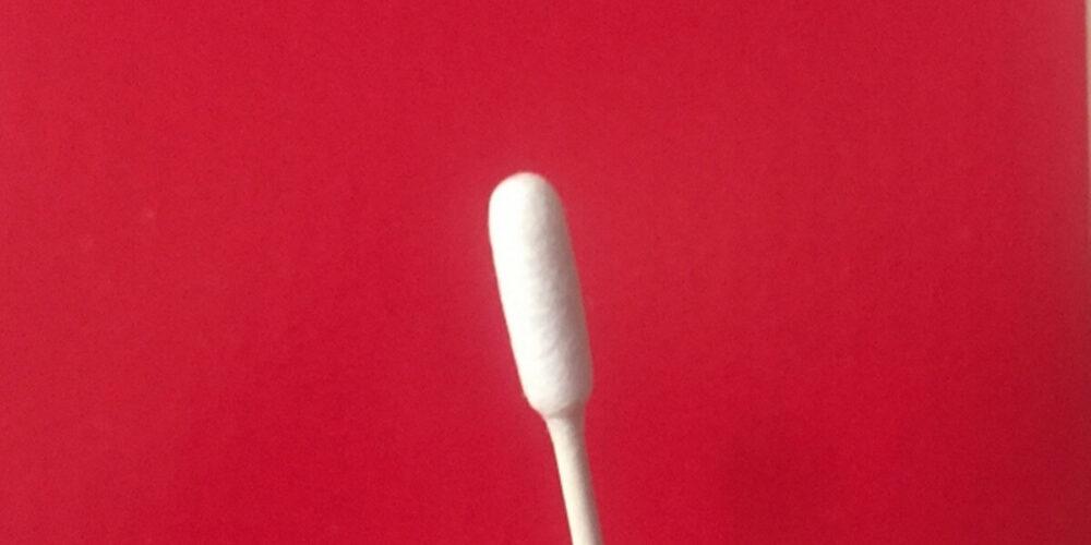 綿棒で角栓を取る