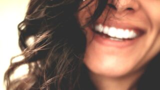 真っ白な歯の女性
